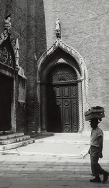 Gotthard Schuh, Portale laterale della Chiesa dei Frari, Venezia, 1963. © Gotthard Schuh / Fotostiftung Schweiz